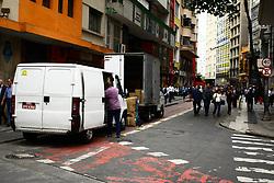July 31, 2017 - Ciclofaixa na Rua 7 de Abril região central de São Paulo, é ocupada por motoristas que fazem carga e descarga na região, na tarde desta segunda-feira (31), desrespeitando o horário permitido que é das 20:00 as 7:00h. (Credit Image: © Aloisio Mauricio/Fotoarena via ZUMA Press)