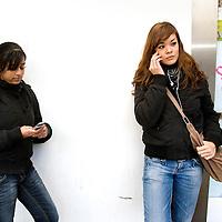 Nederland Rotterdam 3 december 2007 .Jongeren met mobieltjes.Foto David Rozing