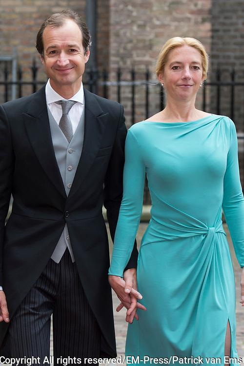 Prinsjesdag - Aankomst politici bij de Ridderzaal. Zoals ieder jaar ging Prinsjesdag ook dit keer weer gepaard met hoedjes in allerlei soorten en maten.<br /> <br /> Op de foto / On the photo: <br />  Eric Wiebes  en partner