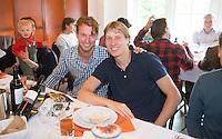 BLOEMENDAAL - Jaap Stockmann met Nicke Meijer. Oud internationals Eby Kessing, Ronald Brouwer en Nick Meijer, alle spelers van Bloemendaal, namen afscheid met een afscheidsdrieluik. COPYRIGHT KOEN SUYK