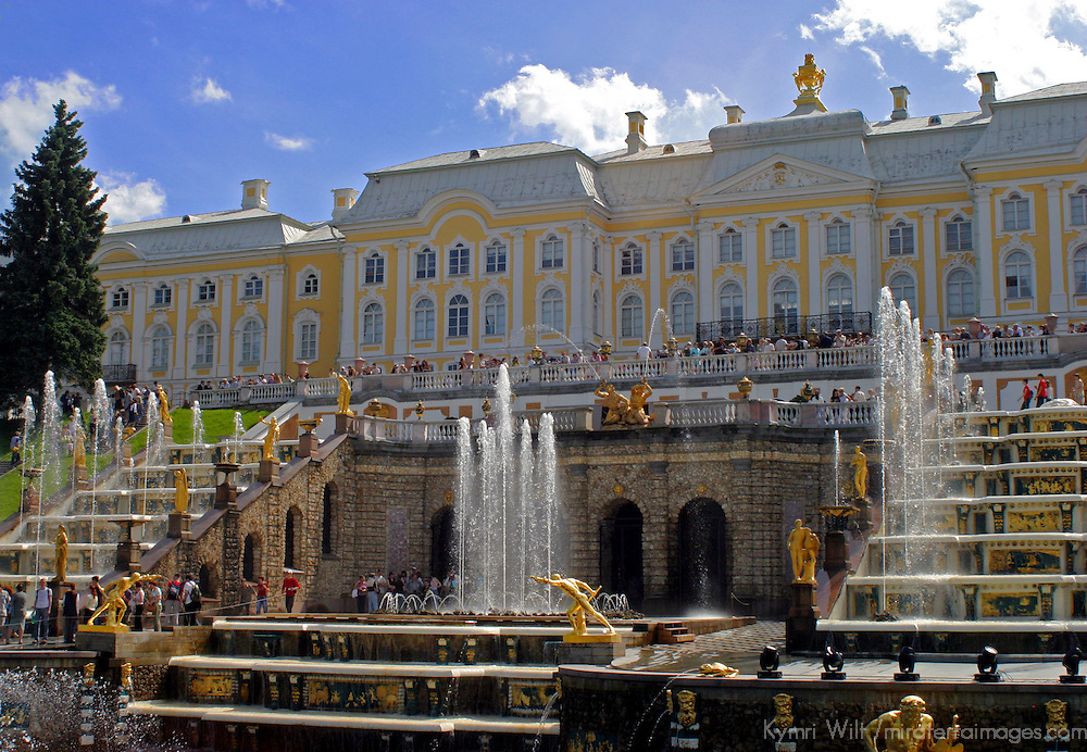 Europe, Russia, St. Petersburg. Fountains & gardens of Peterhof Palace.