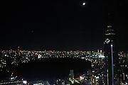 Overzicht van het oosten van Tokyo. Rechts staat het NTT DoCoMo Tokyo Building, de donkere vlek in het midden is het Shinjuku Gyoen Park