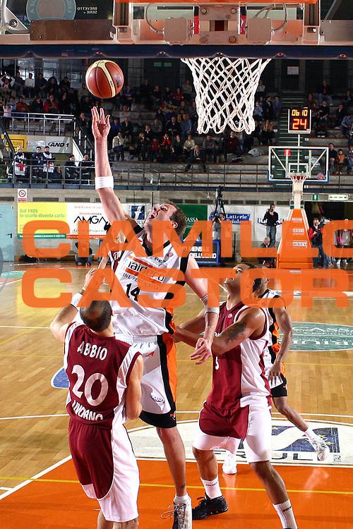 DESCRIZIONE : Udine Lega A1 2005-06 Snaidero Udine Basket Livorno <br /> GIOCATORE : Jaacks <br /> SQUADRA : Snaidero Udine <br /> EVENTO : Campionato Lega A1 2005-2006 <br /> GARA : Snaidero Udine Basket Livorno <br /> DATA : 25/11/2005 <br /> CATEGORIA : Rimbalzo <br /> SPORT : Pallacanestro <br /> AUTORE : Agenzia Ciamillo-Castoria/S.Silvestri