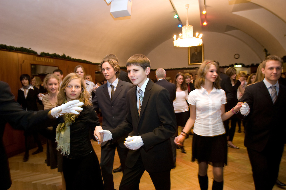 Wien/Oesterreich, AUT, 21.12.2007: Junge Tanzschueler posieren waehrend einem Anfaenger Tanzkurs in der beruehmten Tanzschule Elmayer in der Braeunerstra&szlig;e im Wiener Stadtzentrum.<br /> <br /> Vienna/Austria, AUT, 21.12.2007: Young dancers attending a beginners course at the Elmayer Dancing School in the city center of Vienna.