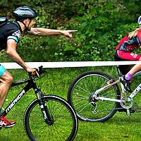SERIE ROOKIE <br /> Nederland, Apeldoorn, 27-06-2015.<br /> Mountainbike, Landelijke wedstrijden, Jeugd Categorie 1.<br /> <br /> Ouders cq coaches die de kinderen al schreeuwend en gebarend op het podium proberen te krijgen zoals hier met het geschreeuw &quot; als je die voor je niet inhaalt ga je niet op het podium komen, rijden !!!&quot; Dit gedurende de hele race van het kleine mountainbikertje in de leeftijdscategorie van 8 jarigen.<br /> Foto : Klaas Jan van der Weij