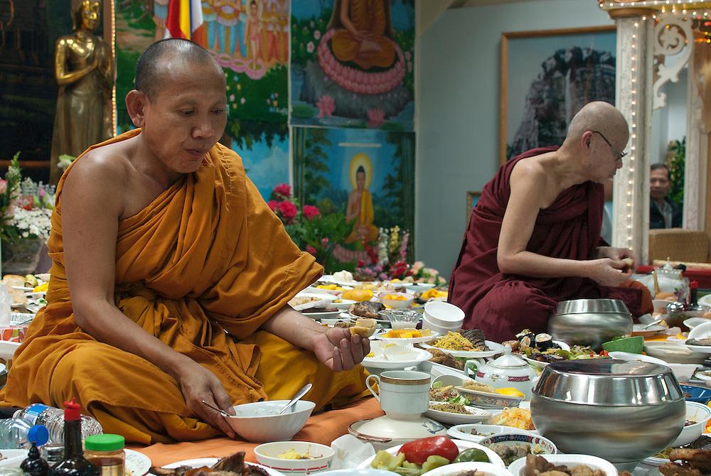 À l'occasion du nouvel an Khmer, les fidèles fidèles font des offrandes de nourriture aux bonzes de la pagode. Ces plats seront ensuite distribués aux fidèles .