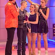 NLD/Hilversum/20130209 - Finale Sterren Dansen op het IJs 2013, Tess Milne bekijkt het haar van Monsif Bakkali