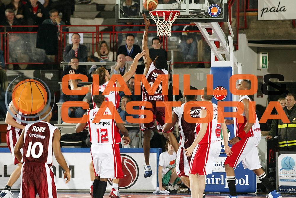 DESCRIZIONE : Varese Lega A1 2006-07 Whirlpool Varese Tdshop.it Livorno<br /> GIOCATORE : Daniels<br /> SQUADRA : Tdshop.it Livorno<br /> EVENTO : Campionato Lega A1 2006-2007 <br /> GARA : Whirlpool Varese Tdshop.it Livorno<br /> DATA : 17/12/2006 <br /> CATEGORIA : Tiro<br /> SPORT : Pallacanestro <br /> AUTORE : Agenzia Ciamillo-Castoria/G.Cottini