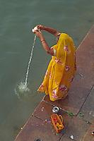Inde, Uttar Pradesh, la ville sainte de Benares (Varanasi), Bain rituel dans les eaux du Gange. // India, Uttar Pradesh province, holi city of Benares (Varanasi), woman praying at Ganga river