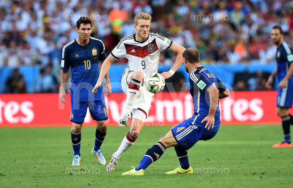 FUSSBALL WM 2014                FINALE Deutschland - Argentinien     13.07.2014 Andre Schuerrle (Mitte, Deutschland) gegen Lionel Messi (li) und Pablo Zabaleta (re, Argentinien)
