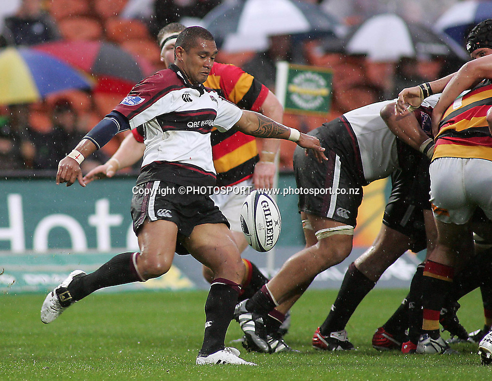 North Harbour's Junior Poluleuligaga clearing the ball during the Air NZ Cup rugby match between Waikato and North Harbour played at Waikato Stadium, Hamilton, New Zealand on Sunday 1 October  2006. Waikato won 31-15    Photo: Brett O'Callaghan/PHOTOSPORT