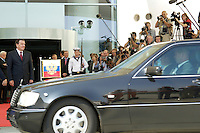 08 SEP 2005, BERLIN/GERMANY:<br /> Gerhard Schroeder, SPD, Bundeskanzler, wartet mit Fotografen und Kameraleuten auf seinen Gast W ladimir P utin, Haupteingang, Ehrenhof, Bundeskanzleramt<br /> Gerhard Schroeder, Federal Chancellor, some Fotographers and Cameramen, are waiting for Schroeders guest W ladimir P utin, in front of the Federal Chancellory<br /> IMAGE: 20050908-02-018<br /> KEYWORDS: Rote Teppich, Gerhard Schröder, Empfang, Staatsgast, Journalist, Journalisten, Limousine