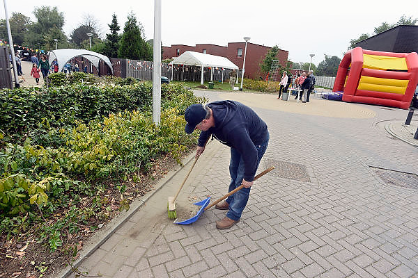 Nederland, Nijmegen, 22-9-2013Burendag in de Enkstraat. Het openbare groen wordt van onkruid gewied en de straat schoongemaakt.Foto: Flip Franssen/Hollandse Hoogte
