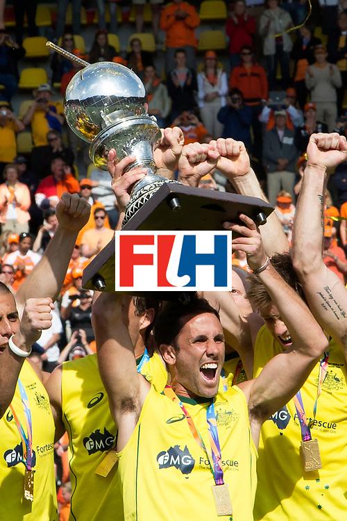 THE HAGUE - Rabobank Hockey World Cup 2014 - 15-06-2014 - MEN - FINAL AUSTRALIA - THE NETHERLANDS 6-1 - AUSTRALIE WERELDKAMPIOEN HOCKEY MANNEN 2014 - Mark Knowles met de wereldbeker.<br /> Copyright: Willem Vernes