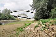 Nederland, Nijmegen, 21-8-2018 Door de aanhoudende droogte staat het water in de rijn, ijssel en waal extreem laag . Op de foto een strang in de waal bij nijmegen waar woonboten liggen .Schepen moeten minder lading innemen om niet te diep te komen . Hierdoor is het drukker in de smallere vaargeul . Door uitblijven van regenval in het stroomgebied van de rijn komt het record, laagterecord van 6,89 meter uit 2011in zicht . Foto: Flip Franssen