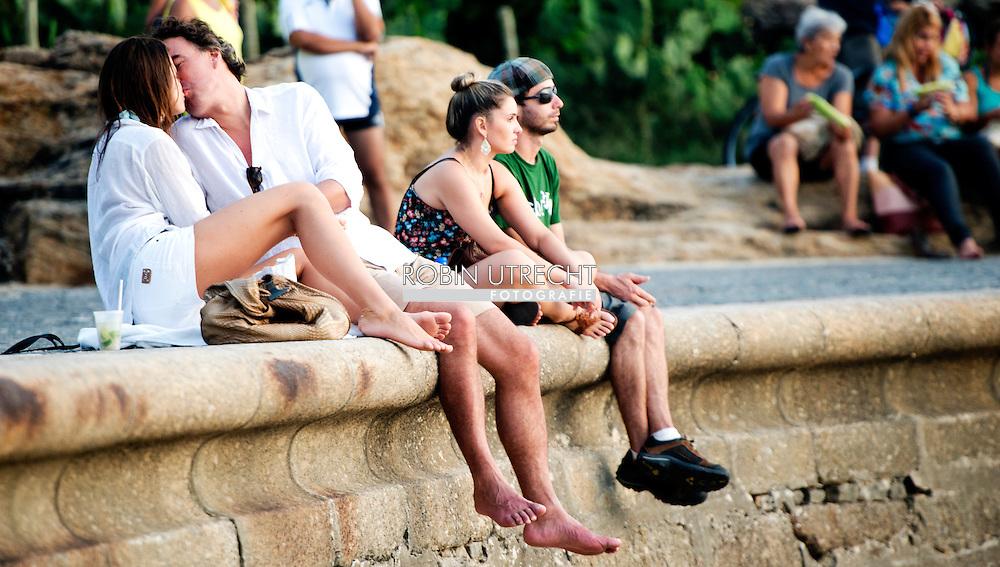 RIO DE JANEIRO - Topmodel Wendy Dubbeld is de, aanvankelijk, onbekende schone met wie KLM-baas Camiel Eurlings afgelopen weekend door zakenmensen in Brazilië werd gespot. Tessa Rolink hoopt dat Camiel Eurlings wordt gestraft en hulp zal zoeken. Volgens het model sloeg de vlam in de pan toen zij Camiel vroeg of hij 'eigenlijk niet gewoon op mannen viel.' De beschuldigingen van Camiel Eurlings ex-vriendin Tessa Rolink aan zijn adres zijn zeer ernstig. Eind december deed zij aangifte wegens zware mishandeling tegen de voormalig KLM-baas. Die zou haar 'heftig en langdurig' hebben mishandeld, zodat zij naar eigen zeggen 'een hersenschudding, een gebroken elleboog, uitgescheurde oorbelgaatjes en kneuzingen en bloeduitstortingen over mijn hele lichaam opliep.' Dit alles, volgens Tessa tegen een vriend, 'nog naast alle psychische gevolgen.' Zij hoopt dat Camiel wordt gestraft en hulp zal zoeken, zodat geen nieuwe slachtoffers meer vallen. In kleine kring voegde Tessa daaraan toe dat de vlam in de pan sloeg toen zij Camiel die middag vroeg of hij 'eigenlijk niet gewoon op mannen viel.' OPYRIGHT ROBIN UTRECHT