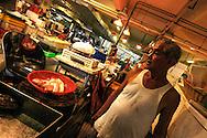 Singapore Mercato cinese Qui si puossono trovare tuttoi i tipi di cibo gradito ai cinesi, dalle rane alle tartarughe ed alle teste di pesce. Qui coem da usanza cinese per esempio il pesce per ese,pio viene ammazzato sul momento con una bastonata in testa