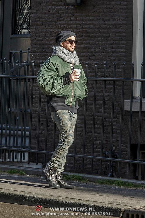NLD/Amsterdam/20150131 - Adam Lambert van de Popgroep Queen en een vriend wandelend door Amsterdam - Adam Lambert of the popgroup Queen strolling trough Amsterdam with a friend,