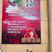 GAOBEIDIAN, 7.NOV. 2014 :  ein Plakat, das an Chinas Maertyrer Leifeng erinnert, haengt an einer Hauswand auf der Farm des Rechten Weges.