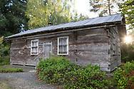 Finl&auml;ndarna Johanna och Erik Lindgrens hus byggt 1922 av cedertr&auml;stockar huggna f&ouml;r hand med yxa. <br /> <br /> Foto: Christina Sj&ouml;gren
