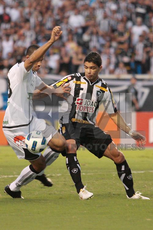 RIO DE JANEIRO - RJ - 05 DE NOVEMBRO DE 2011 - CAMPEONATO BRASILEIRO DE 2011 - BOTAFOGO X FIGUEIRENSE - Renato do Botafogo durante a partida v&aacute;lida pela 33a rodada no est&aacute;dio do Engenh&atilde;o, zona norte da cidade, neste s&aacute;bado(05).<br /> FOTO: RUDY TRINDADE/NEWSFREE