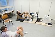 Jan Bos ligt op de ground te kijken hoe Sebastiaan Bowier ten simulatie van de record race op ten ergometer doet. Op de VU in Amsterdam doen Sebastiaan Bowier en Jan Bos van het Human Powered Team Delft en Amsterdam een simulatie van het traject van de recordrace in Battle Mountain. De onderzoekers van het team gaan een zo optimaal mogelijke opbouw berekenen.<br /> <br /> Jan Bos is watching how Sebastiaan Bowier performs at the simulation of the race track. At the VU university in Amsterdam Sebastiaan Bowier and Jan Bos of the Human Powered Team Delft and Amsterdam are  undergoing a simulation of the race at Battle Mountain. Goal of the simulation is to calculate the optimal match up.
