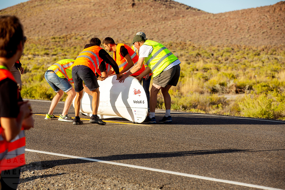 De avondruns op de vierde racedag. In Battle Mountain (Nevada) wordt ieder jaar de World Human Powered Speed Challenge gehouden. Tijdens deze wedstrijd wordt geprobeerd zo hard mogelijk te fietsen op pure menskracht. De deelnemers bestaan zowel uit teams van universiteiten als uit hobbyisten. Met de gestroomlijnde fietsen willen ze laten zien wat mogelijk is met menskracht.<br /> <br /> In Battle Mountain (Nevada) each year the World Human Powered Speed ​​Challenge is held. During this race they try to ride on pure manpower as hard as possible.The participants consist of both teams from universities and from hobbyists. With the sleek bikes they want to show what is possible with human power.