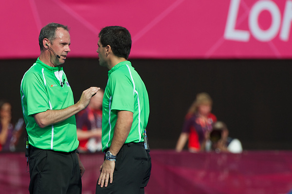 Olympics 2012, hockey, umpires solves their disagreement on a fault, R. van Eert and G. Montes de Oca