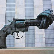Scultura Non-violence, che rappresenta una pistola in bronzo con la ... installata davanti alla sede centrale dell'ONU<br /> United Nations Headquarters NEW YORK