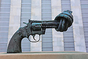 Scultura Non-violence, che rappresenta una pistola in bronzo con la ... installata davanti alla sede centrale dell'ONU<br />
