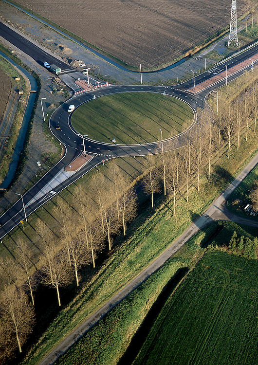 Nederland, Zeeland, Zeeuwsch-Vlaanderen, 15/11/2001; aansluiting van toerit Westerscheldetunnel (linksboven) met landelijk wegennet (provinciale weg N61) door middel van een rotonde. Kruising T splitsing.<br /> luchtfoto (toeslag), aerial photo (additional fee)<br /> photo/foto Siebe Swart