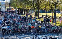 UTRECHT - Per bike naar het hockey,   tijdens de Pro League hockeywedstrijd wedstrijd , Nederland-China . COPYRIGHT  KOEN SUYK