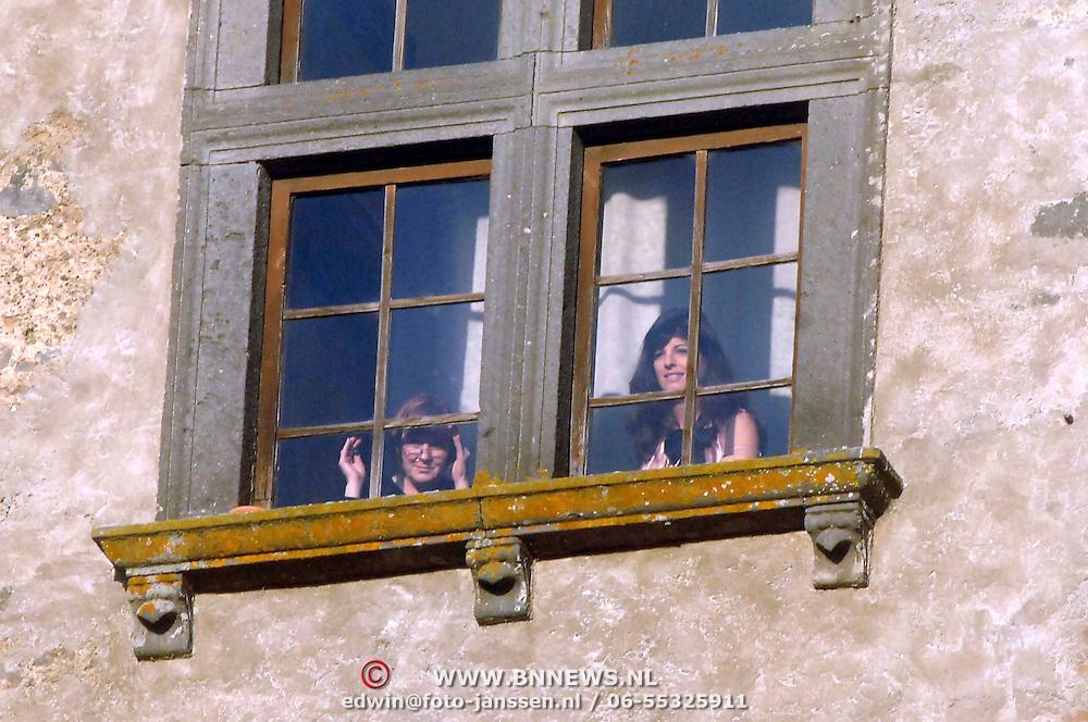 ITA/Bracchiano/20061118 - Huwelijk Tom Cruise en Katie Holmes, Katie Holmes en haar moeder kijken uit het raam