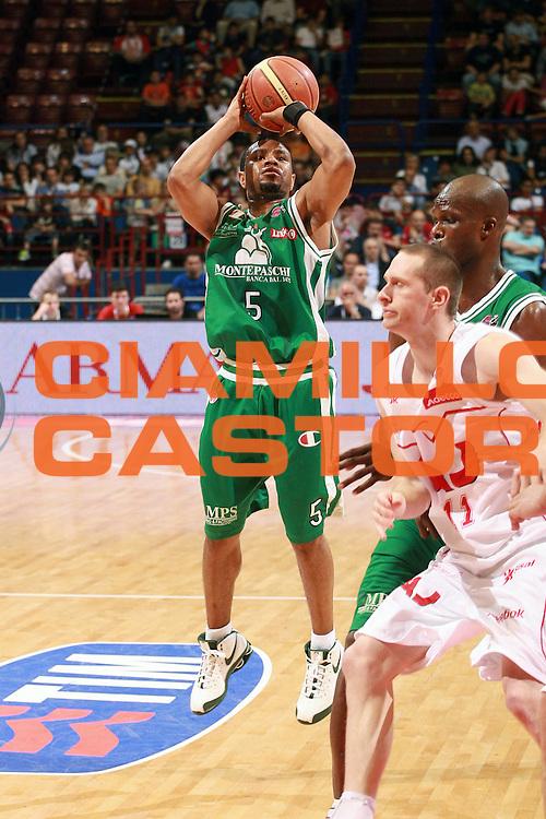 DESCRIZIONE : Milano Lega A 2008-09 Armani Jeans Milano Montepaschi Siena<br /> GIOCATORE : Terrell Mc Intyre<br /> SQUADRA : Montepaschi Siena<br /> EVENTO : Campionato Lega A 2008-2009 <br /> GARA : Armani Jeans Milano Montepaschi Siena<br /> DATA : 10/05/2009 <br /> CATEGORIA : Tiro Three Points<br /> SPORT : Pallacanestro <br /> AUTORE : Agenzia Ciamillo-Castoria/S.Ceretti<br /> Galleria : Lega Basket A1 2008-2009 <br /> Fotonotizia : Milano Campionato Italiano Lega A 2008-2009 <br /> Armani Jeans Milano Montepaschi Siena<br /> Predefinita :