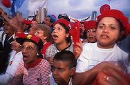 Manifestantes durante cierre de campaña del candidato Presidencial de Hugo Chávez, en la Avenida Bolívar. Caracas, Noviembre 1998. (Ramón Lepage / Orinoquiaphoto)  Manifestants during campaign closing of the Presidential candidate Hugo Chávez, in the Bolivar Avenue. Caracas, November 1998. (Ramon Lepage/Orinoquiaphoto)