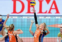 26-09-2015 NED: Volleyball European Championship Nederland - Slovenie, Apeldoorn<br /> Laura Dijkema #14<br /> Photo by Ronald Hoogendoorn / Sportida