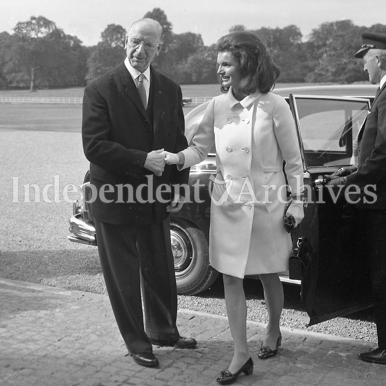 95456a<br /> Jacqueline Kennedy's visit to Ireland, June 1967.<br /> (Jacqueline &quot;Jackie&quot; Lee Bouvier Kennedy Onassis)<br /> Jacqueline Kennedy with President of Ireland Mr. &Eacute;amon de Valera at &Aacute;ras an Uachtar&aacute;in.<br /> June 30th 1967.<br /> (Part of the Independent Ireland Newspapers/NLI Collection)