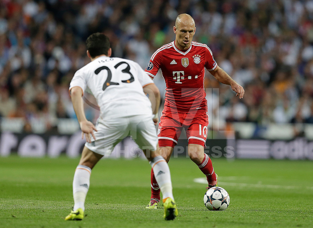 Madrid, Spain, 23/04/14.- Real Madrid's Isco and Bayern Munich's Arjen Robben during Champions League semifinal's 1st match at Santiago Bernabeu Stadium.<br />  <br /> Photo: Cesar Cebolla / ALFAQUI