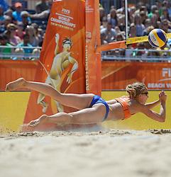 20150630 NED: WK Beachvolleybal day 5<br /> Sophie van Gestel #1 (foto) en Jantine van der Vlist #2 hebben hun laatste poulewedstrijd gewonnen. Op de Dam won het Nederlandse duo zojuist in drie sets van Thaise vrouwen Radarong/ Udomchavee. De 2-1 overwinning was precies genoeg om de laatste 32 te bereiken.