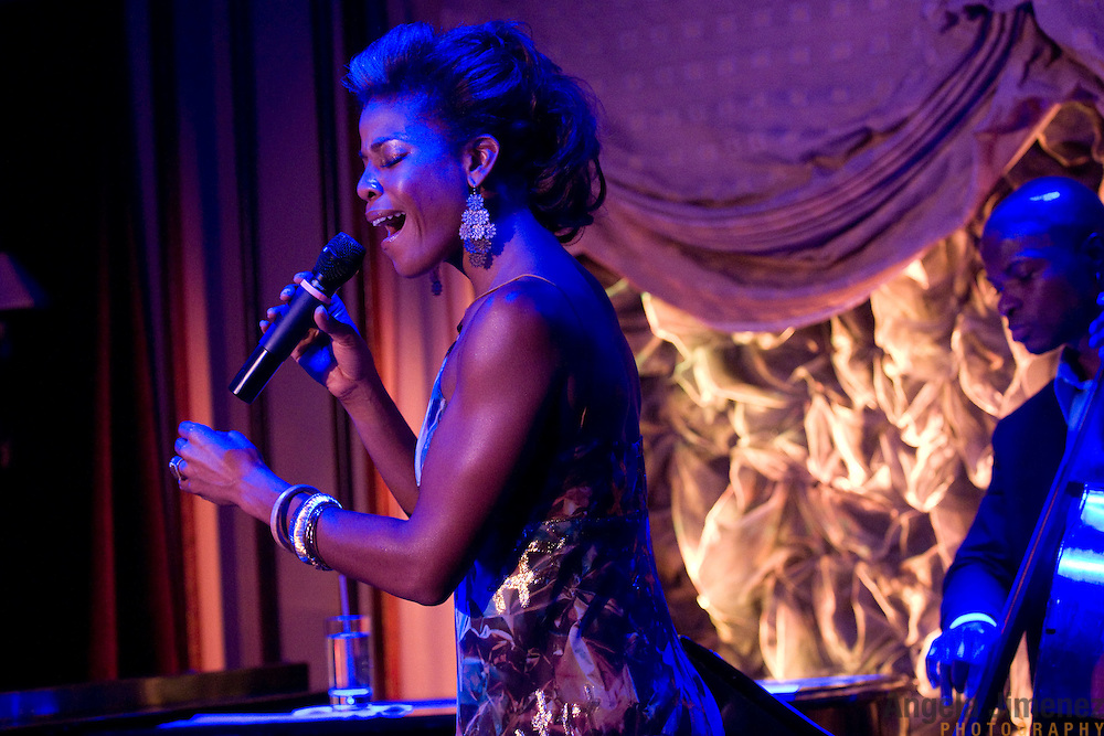 Date: 6/24/11.Desk: CUL.Slug: FEINSTEINS/ARTS.Assign Id: 10113313A..Vocalist Nicole Henry performs at Feinstein's at Loews Regency in New York City on June 24, 2011. ..Performing with her is bassist Richie Goods. ..Photo by Angela Jimenez for The New York Times .photographer contact 917-586-0916