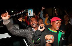 05.12.2013, Johannesburg, ZAF, Nelson Mandela, der Gigant des Humanismus ist im Alter von 95 Jahren in seinem Haus an den Folgen einer Lungenentzuendung gestorben, im Bild People mourn for the death of former South African President Nelson Mandela outside his house // Nelson Mandela a giant of humanism died in his house in Johannesburg, South Africa on 2013/12/05. EXPA Pictures © 2013, PhotoCredit: EXPA/ Photoshot/ Lagnnen Bchea<br /> <br /> *****ATTENTION - for AUT, SLO, CRO, SRB, BIH, MAZ only*****