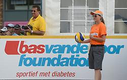 17-07-2014 NED: FIVB Grand Slam Beach Volleybal, Apeldoorn<br /> Poule fase groep A mannen - Reinder Nummerdor (1), Steven van de Velde (2) NED, Chaim Schalk (1), Ben Saxton (2) CAN / Officials FIVB Ballenmeisje, Bas van de Goor boarding