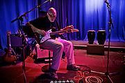 Frankfurt am Main | 25 August 2016<br /> <br /> Blues im Palmengarten 2016<br /> Tommie Harris &amp; Friends feat. Frank Bey,<br /> hier: Andreas Schmid-Martelle stimmt seine Gitarre.<br /> <br /> Fotocredit: peter-juelich.com<br /> <br /> [F&uuml;r FR: TAGESSATZ | Nutzung nur FR Print, Online, iPad. Keine Weitergabe, Syndication, Lizensierung, Rechteweitergabe, Rechte&uuml;bertragung etc.]