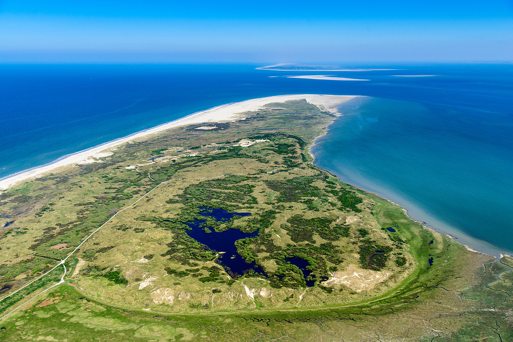 Nederland, Friesland, Ameland, 05-07-2018; uiterste oostpunt van het eiland met natuurgebieden Het Oerd, de Oerderduinen en De Hon. Landschap van duinen, kwelders, geulen.<br /> Het Oerd nature reserve, landscape of dunes, salt marshes, gullies.<br /> <br /> luchtfoto (toeslag op standard tarieven);<br /> aerial photo (additional fee required);<br /> copyright foto/photo Siebe Swart