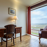 Kamer met uitzicht, Hotel Latrabjarg IJsland. In opdracht van Karl Eggertsson, eigenaar.<br /> Hotel Látrabjarg, Westfjorden Iceland. Commisioned by Karl Eggertsson, owner.<br /> Interieurfotografie hotelkamers. Interior photography hotel rooms.<br /> Beautifull hotel near the cliffs of Westfjorden with large Puffin colony and breathtaking sunset.
