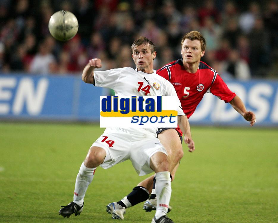 Fotball<br /> VM-kvalifisering<br /> Norge v Hviterussland<br /> Ullevaal stadion<br /> 8. september 2004<br /> Foto: Digitalsport<br /> John Arne Rise, Norge og Gennady Bliznyuk, Hviterussland