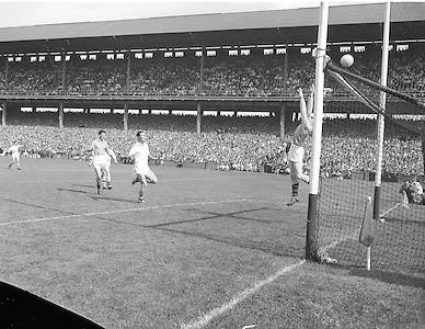 Neg no:.B142/9571-9579...23081959AISFCSF..23.08.1959..All Ireland Senior Football Championship - Semi-Final..Galway.01-11..Down.01-04..