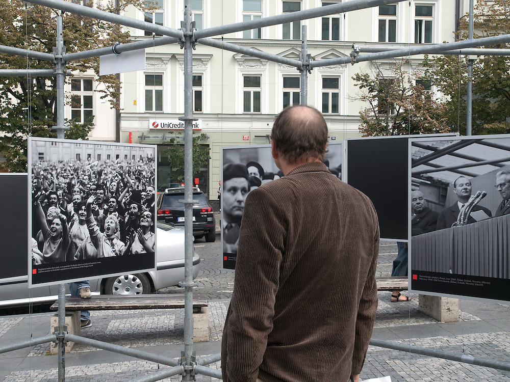 Besucher am oberen Teil des Wenzelsplatzes in Prag betrachten die Ausstellung &quot;... und die Panzer kamen&quot; &uuml;ber die August-Invasion 1968 der Truppen des Warschauer Paktes.<br /> <br /> Visitors at the upper part of Wenceslas Square are viewing an open air exhibition about the soviet invasion 1968.