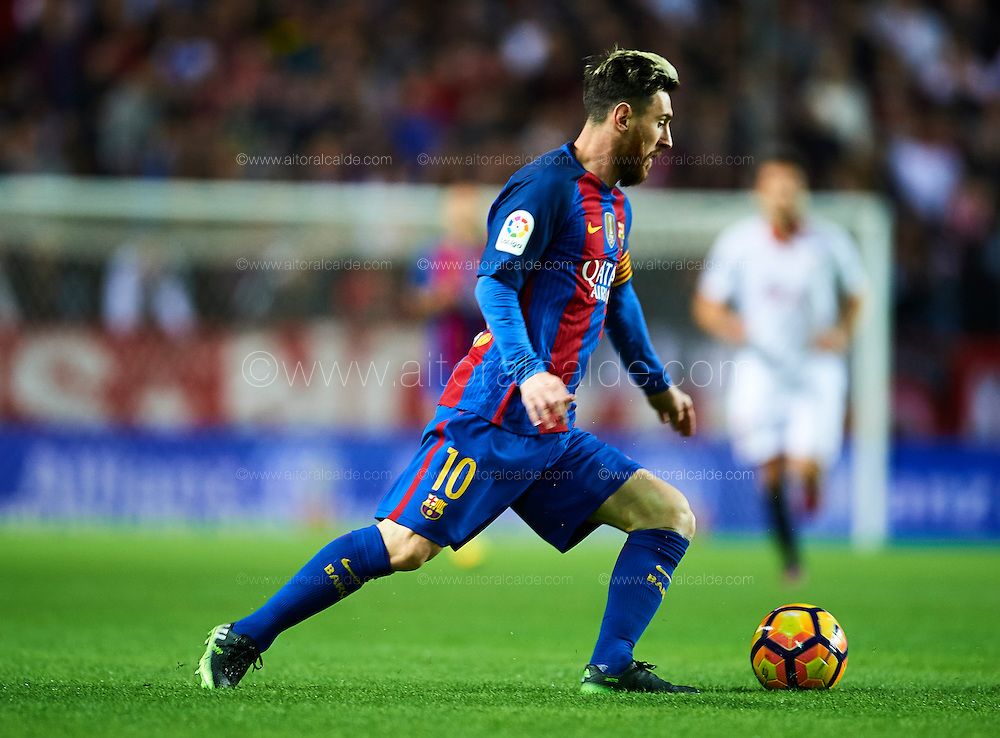 SEVILLE, SPAIN - NOVEMBER 06:  Lionel Messi of FC Barcelona in action during the match between Sevilla FC vs FC Barcelona as part of La Liga at Ramon Sanchez Pizjuan Stadium on November 6, 2016 in Seville, Spain.  (Photo by Aitor Alcalde/Getty Images)