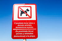Sinalização urbana bilingue em Meia Praia. Itapema, Santa Catarina, Brasil. / Bilingual urban signage at Meia Praia Beach. Itapema, Santa Catarina, Brazil.